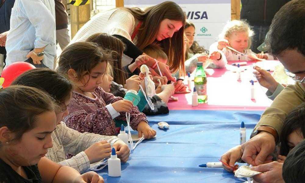 Niños haciendo Flores de Cartulina
